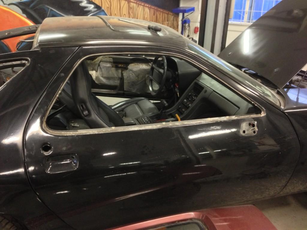 Listerne rundt om dørene kom ikke af sidst bilen blev malet - men denne ejer gør det ordentligt.